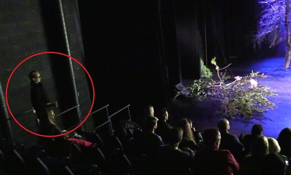 FILMET: Kort tid etter dette bildet er fanget blir Bertheussen avslørt for filmingen og kastet ut av Black Box. - Waras samboer møtte opp på en av de opprinnelige forestillingene på teateret og oppførte seg veldig merkelig, sier Jon Wessel-Aas. Foto: Privat
