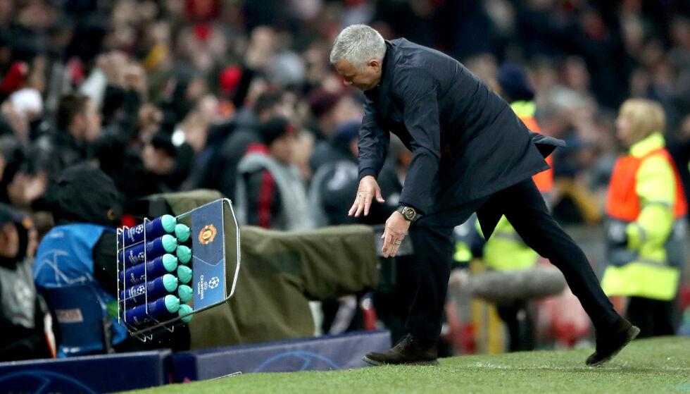 SPESIELL FEIRING: José Mourinho kastet disse vannflaskene i bakken da Manchester United slo Young Boys etter scoring på overtid. Foto: NTB Scanpix