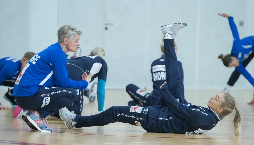 TESTER LÅRET: Fysioterapeut Janne Oppheim Søllesvik sjekker Stine Bredal Oftedal på trening dagen før kamp mot Tyskland .  Foto: Vidar Ruud / NTB scanpix