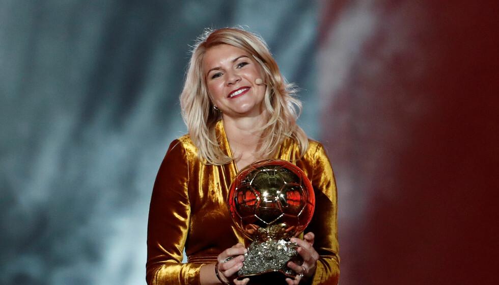 HISTORISK: Ada Hegerberg vant Gullballen mandag kveld. Foto: REUTERS/Benoit Tessier