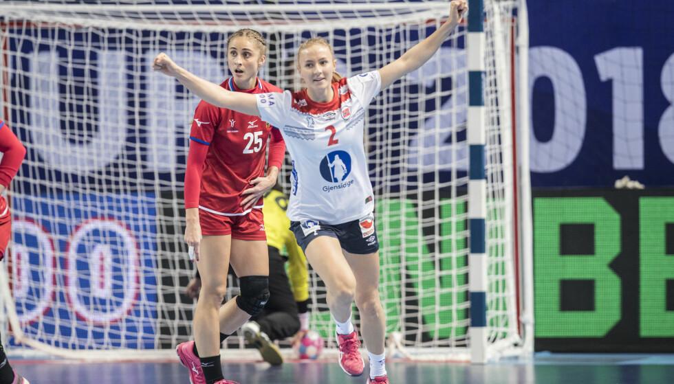 STJERNE PÅ GANG: Henny Ella Reistad har scoret mot Tsjekkia, og gitt håndballjentene et offensivt løft før hardere EM-kamper enn denne. FOTO: Vidar Ruud / NTB scanpix