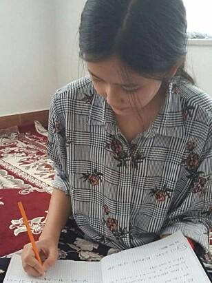 FLITTIG ELEV: Leksene fra lærer Kari Odden Haugen er det som holder Farida oppe. Om livet i Kabul sier hun følgende: - Et helvete. Foto: Privat
