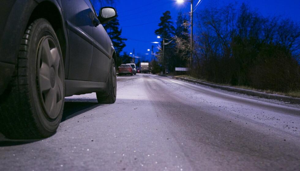 GLATTE VEIER: Politiet ber folk avpasse farten og kjøre etter forholdene fredag. Foto: Henrik Skolt / NTB scanpix