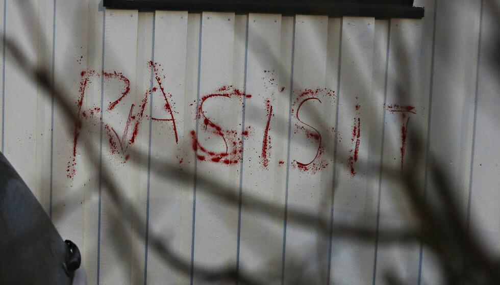 RASISMEANKLAGE: «Rasisit», sto det på husveggen til justisminister Tor Mikkel Wara etter tagging som trolig ble utført i natt. Foto: Frank Karlsen/Dagbladet