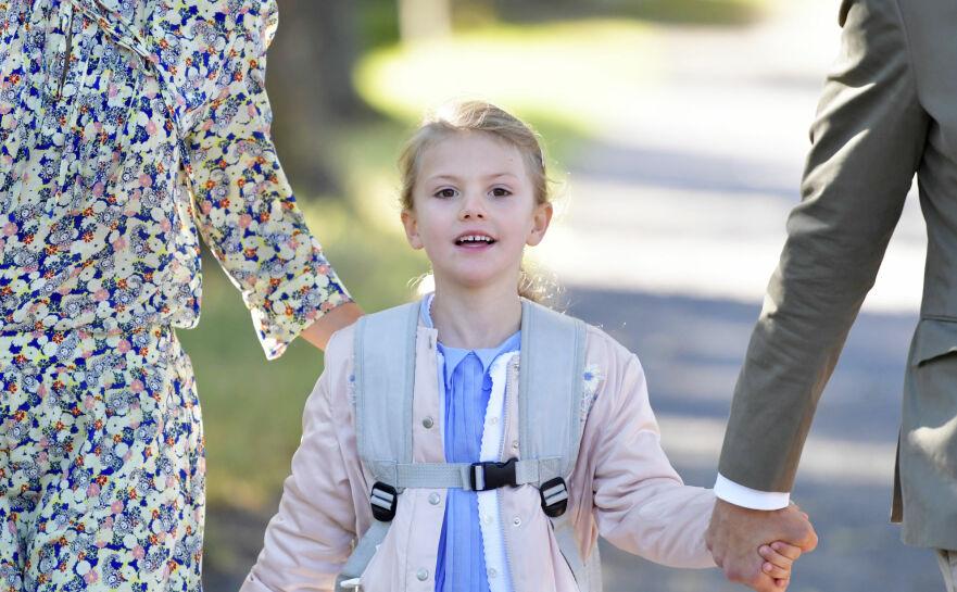 SKOLESTART: Prinsesse Estelle på vei til skolen tidligere i år. Foto: NTB Scanpix