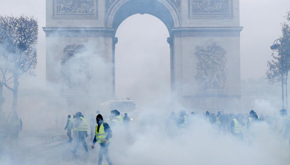 SKADET MONUMENT: Triumfbuen er blitt utsatt for hærverk i forbindelse med de voldsomme opptøyene i Paris. Foto: NTB Scanpix