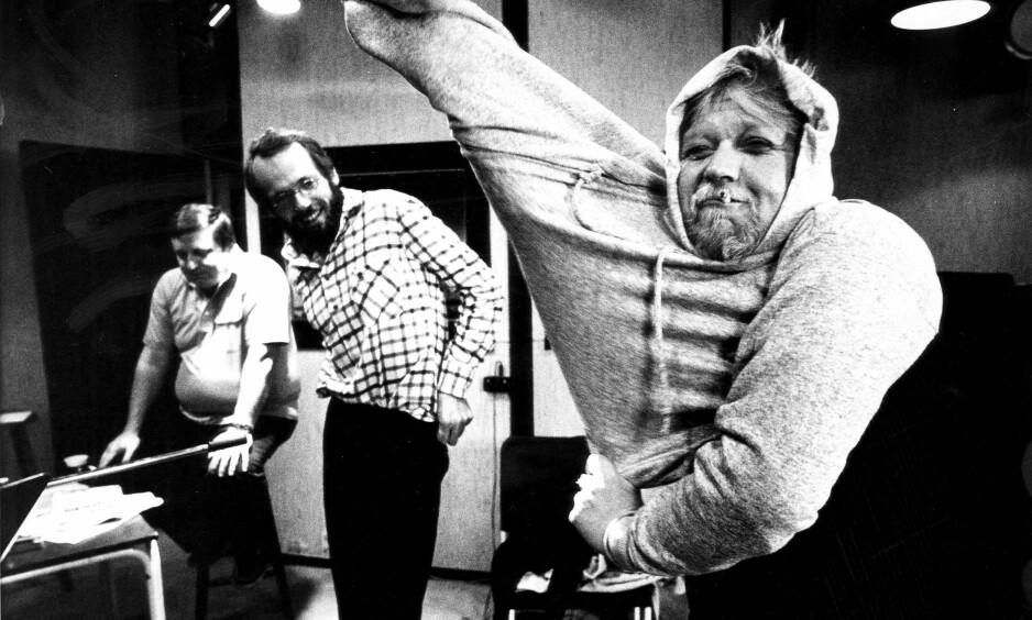 JUBILEUM: For 40 år siden skrev Ole Paus (i midten) teksten om «far som denger mor» spesielt for «Dagbladets sommerkassett». «Nytt fra norsk film», bedre kjent som «I en sofa fra IKEA» er fortsatt blant hans mest populære sanger. Her fra innspillingen av oppfølgeren med Rolv Wesenlund og Harald Heide-Steen Jr. (t.h.) i 1980. Foto: Odd H. Anthonsen / Dagbladet