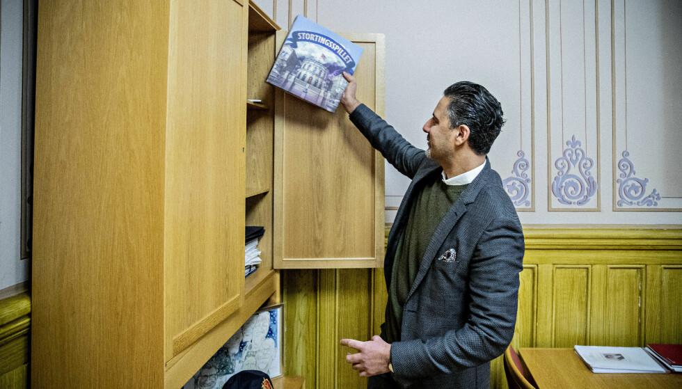 STORTINGSSPILLET: Abid Raja er tilbake på kontoret sitt i presidentfløyen på Stortinget og forteller om avtalen han forhandlet fram under budsjettforhandlingene. Stortingsspillet var en gave til stortingsjubileet. Foto: Bjørn Langsem