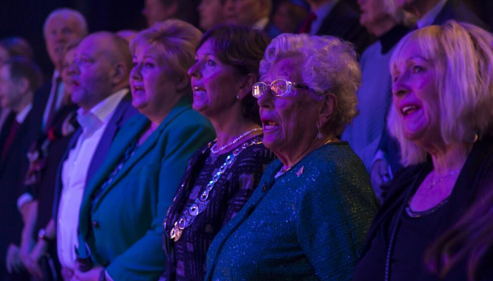 SANGGLADE: Statsminister Erna Solberg, Bærum ordfører Lisbeth Hammer Krog og prinsesse Astrid fru Ferner sang med Dissimilis juleforestilling i Bærum Kulturhus. Foto: NTB Scanpix