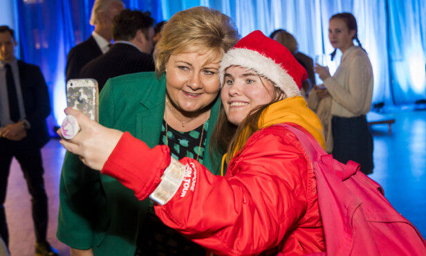 SELFIE: Erna Solberg hilste på skuespillere og sangere, og tok seg tid til en selfie med Line Schøyen. Foto: Heiko Junge / NTB Scanpix