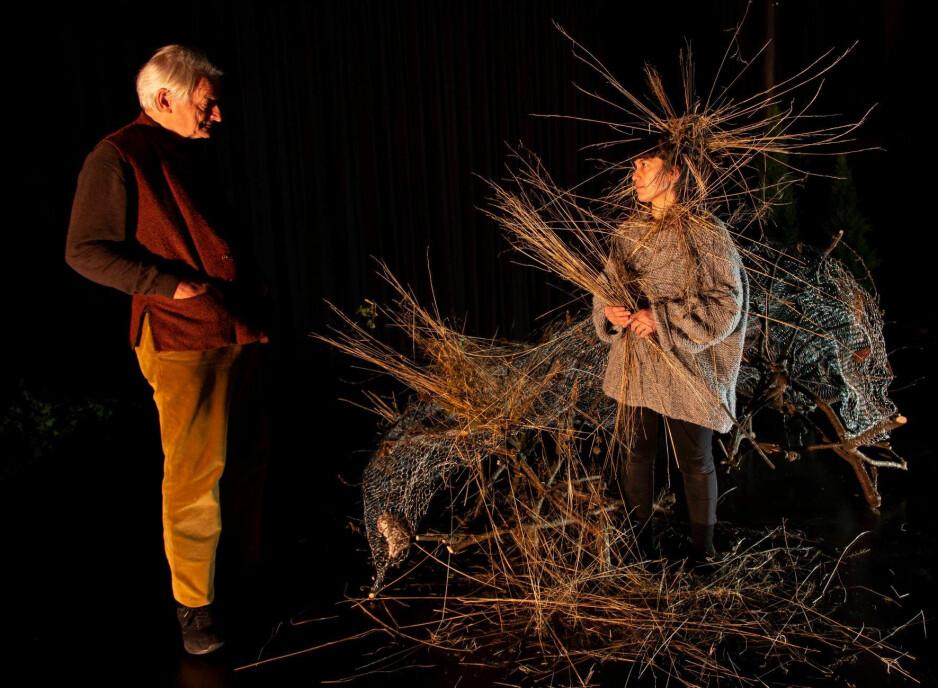 KUNST SOM OVERVÅKNING: Ketil Lund og Sara Baban i «Ways of Seeing». Foto: Leif Gabrielsen, Black Box Teater