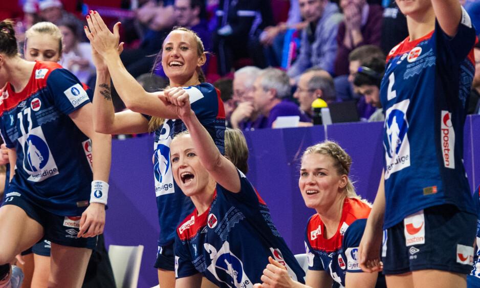 TIL KONTROLL: Heidi Løke og Kari Brattset måtte til dopingkontroll etter seieren mot Nederland. Det passet dårlig med bare timer til neste kamp. Foto: Fredrik Varfjell / Bildbyrån