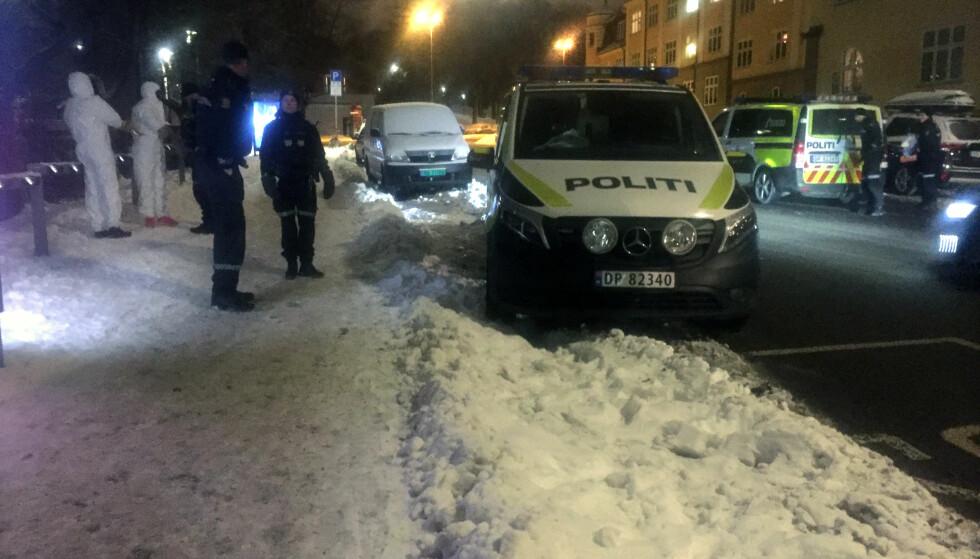 STOPPET: Politiet anholdt fire menn på stedet. Her er to av dem ikledd hvite drakter, for å sikre eventuelle spor. Foto: Karin Madshus / Dagbladet