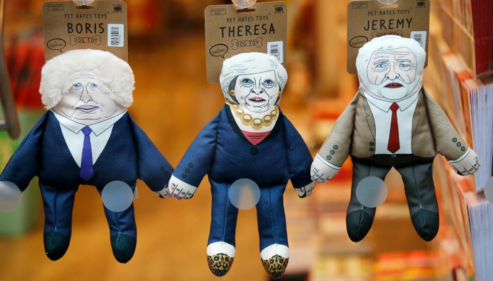 UPOPULÆRE POLITIKERE: Britene kan nå kjøpe statsminister Theresa May, tidligere utenriskminister Boris Johnson og Labour-leder Jeremy Corbyn som hundeleker. Her er de utstilt i en dyrebutikk i i Manchester. Foto: Reuters / NTB scanpix