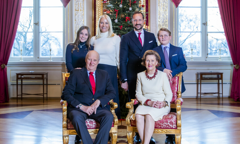 ÅRETS JULEKORT: Fredag ble årets julebilde av kongefamilien offentliggjort. Kong Harald, dronning Sonja, prinsesse Ingrid Alexandra, kronprinsesse Mette-Marit, kronprins Haakon og prins Sverre Magnus smiler til fotografen. Foto: NTB Scanpix