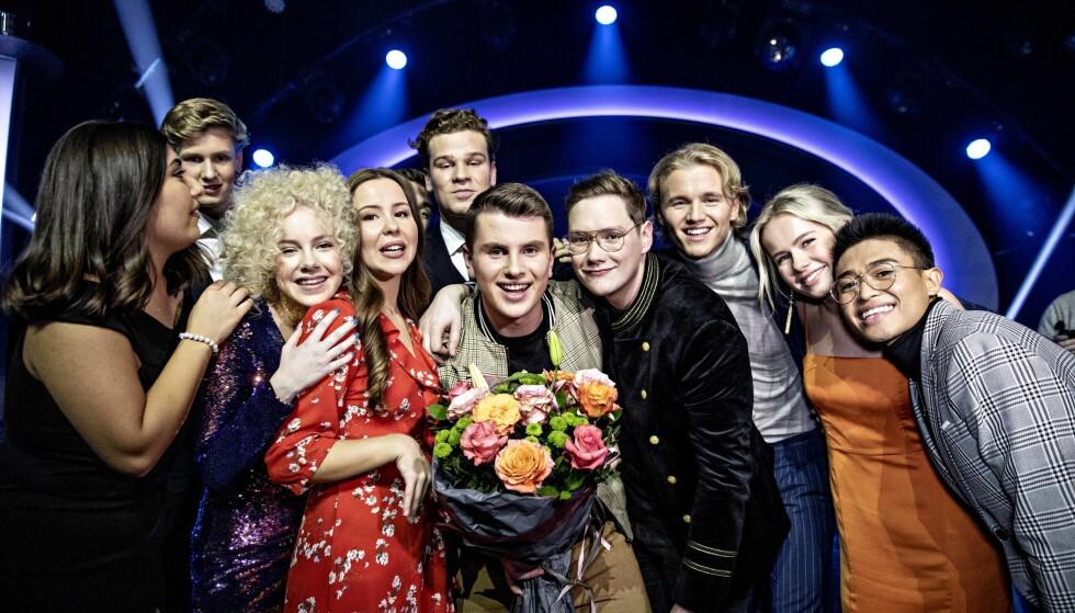 IDOLGJENGEN: Årets «Idol»-deltakere kom for å gratulere Øystein på scenen etter at showet var over. Foto: Nina Hansen / Dagbladet