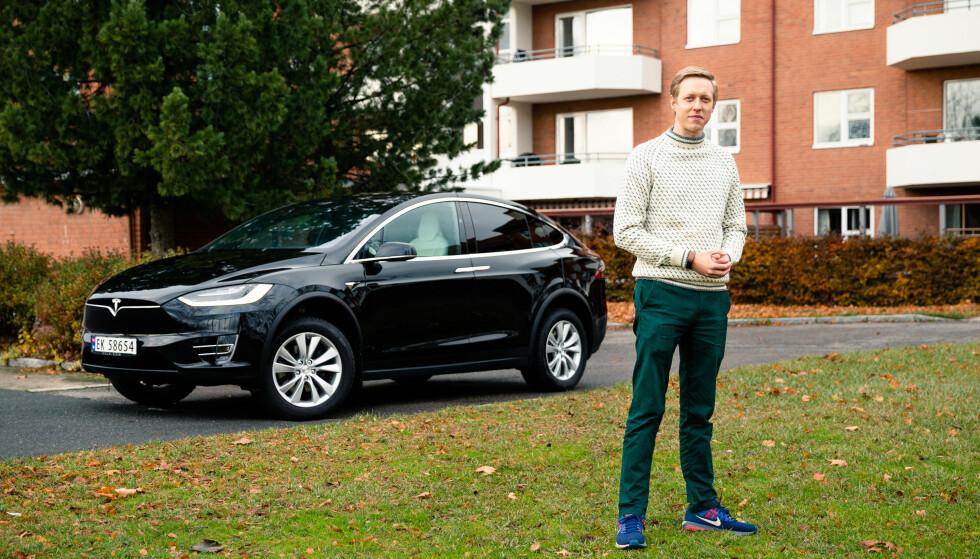 TJENER PENGER: - Ikke bare har jeg en Tesla Model X gratis, men regnskapet for det første året kommer til å vise et overskudd på noen tusen kroner, sier Morten Falch Sortland fra Oslo. Foto: Audun Braastad.