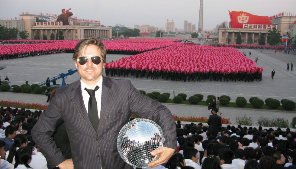 DIKTATURETS DISCO: «Intervensjonskunstneren» Morten Traavik hadde et prosjekt hvor han poserte med en disco-kule på fotografier fra ulike signatursteder i Nord-Korea. Foto: hentet fra boka