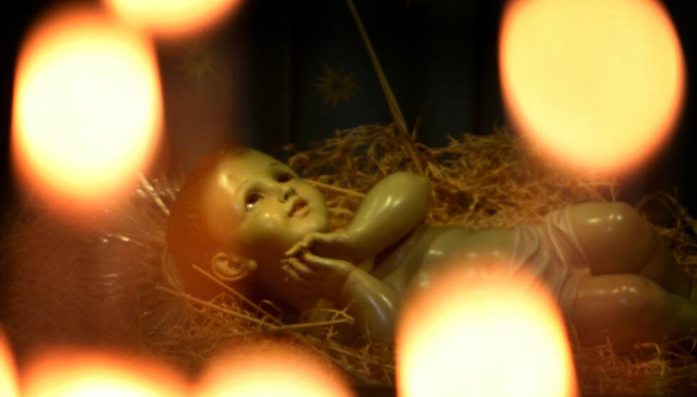 PÅ UTSTILLING: I St. Catherine-kirka, ved siden av Fødselskirken i Betlehem, ligger ei dokke som skal forestille Jesus. Fødselskirken er bygd over den grotta som etter tradisjonen er blitt utpekt som Jesu fødested. Men det er lite som tyder på Jesus virkelig ble født i Betlehem, skriver kronikkforfatteren. Foto: Reinhard Krause / Reuters / NTB Scanpix
