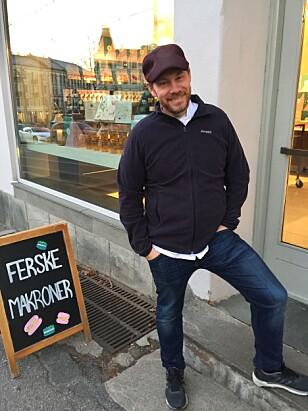 MAKRONER: Sverre Sætre utenfor konditoriet på Frogner i Oslo. Foto: Cecilie L. Berg
