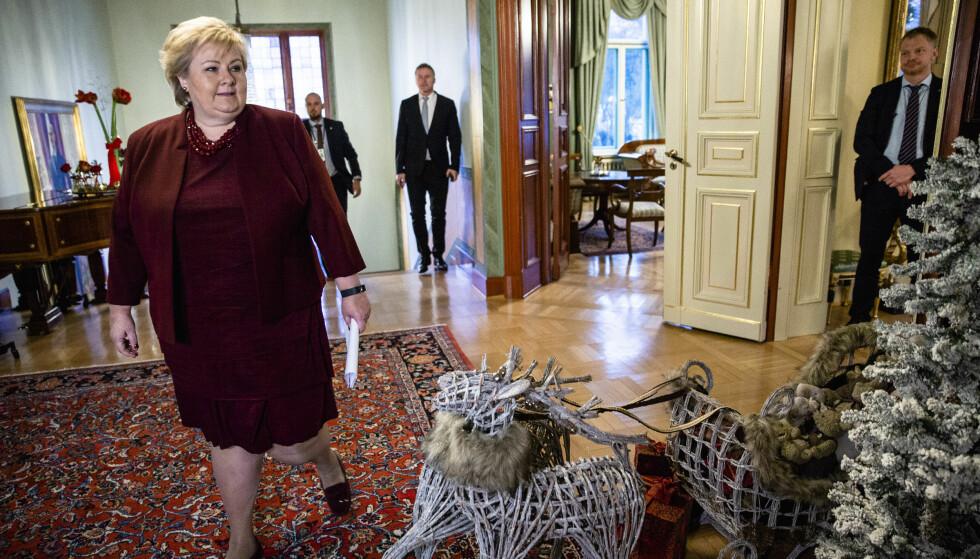 FORSKJELL PÅ FOLK: Erna Solberg oppfordrer folk flest til å satse på aksjer og fond for å øke formuen sin. Her under sin halvårlige presskonferanse i regjeringens representasjonsanlegg i Oslo før jul. Foto: Stian Lysberg Solum / NTB Scanpix