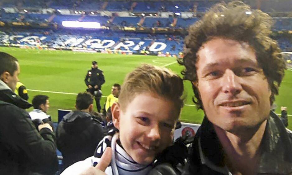 GUTTA PÅ TUR: I 2017 dro pappa Frode Andresen og David på fotballtur og så Real Madrid spille mot Napoli. Første nyttårsdag 2018 raste tilværelsen, da David ble funnet død i senga. Foto: Privat