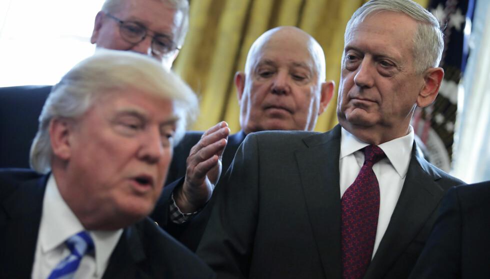 ET BLIKK: Avgående forsvarsminister Jim Mattis ser i undring på sin sjef, Donald Trump. Foto: REUTERS / NTB Scanpix