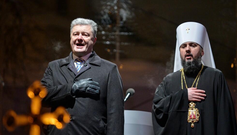 LØSREVET: Ukrainas president Petro Porosjenko og Epifanius, overhodet for den uavhengige ukrainske kirka, under innvielsen i Kiev 15. desember. Foto: Sergej Tsjuzavkov / Sopa / Rex / Shutterstock / NTB Scanpix