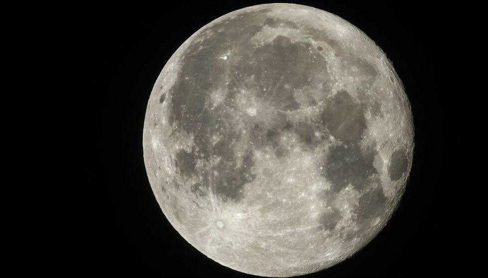 OPPSIKTSVEKKENDE SVAKT: En undersøkelse viser at både skoleelever og lærerstudenter har oppsiktsvekkende dårlige kunnskaper om astronomi - her ved månen. Foto: Laurent Emmanuel / AFP / Scanpix