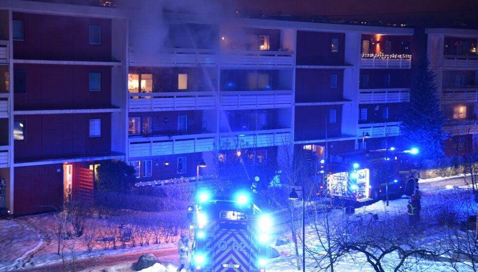 BRANN: Det brøt ut brann på en balkong på Etterstad i Oslo nyttårsaften. Like før var det observert personer som avfyrte fyrverkeri mot bygget. Foto: Kjell Erik Berg / Dagbladet