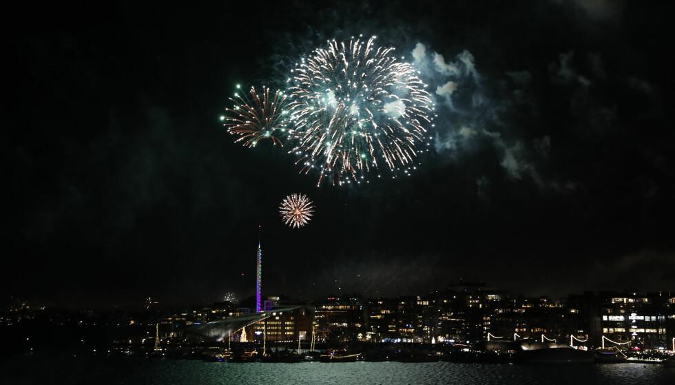 FEIRING: Mange nordmenn er godt i gang med feiringen av det nye året, men det har ikke gått like godt for alle. Her fra havnebassenget utenfor Rådhuset i Oslo. Foto: Terje Bendiksby / NTB Scanpix