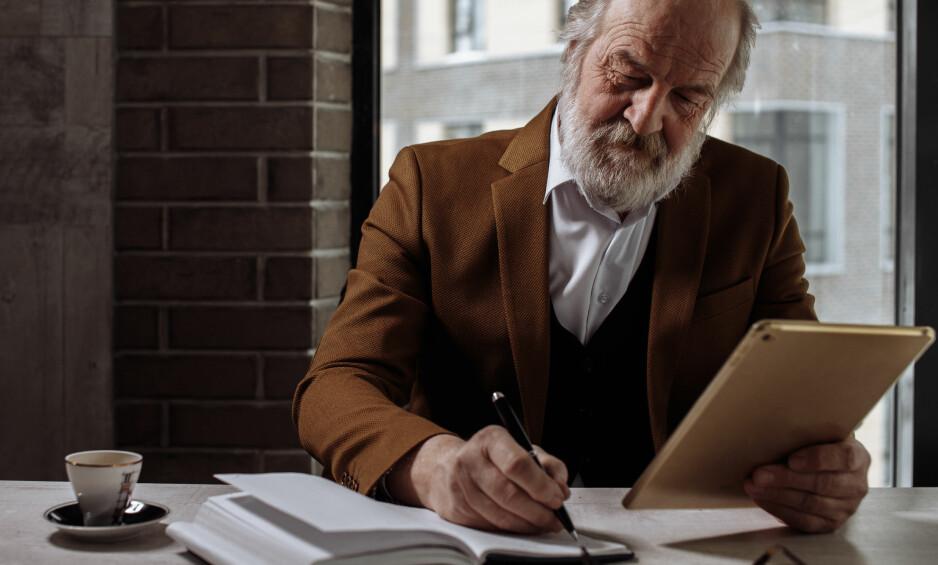 MÅ HA MED FLERE: Seniorene i arbeidslivet er så viktige at vi alle er forpliktet til å tenke mer på hvordan vi kan holde på flere av dem, skriver innsenderen. Foto: Shutterstock / NTB Scanpix