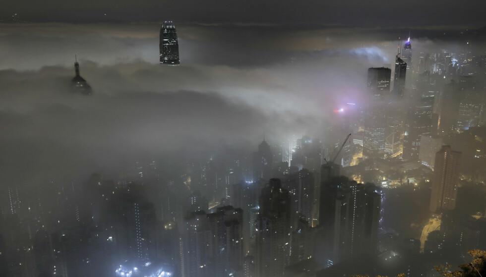 BOLIGKRISE: Hongkongs boligmarked er under stort press. Nå vil myndighetene bygge kunstige øyer for å få bukt med problemene. Foto: Vincent Yu / AP / NTB Scanpix