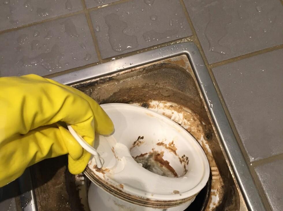 RENGJØR FØRST: Før gulvslukfilteret settes inn, bør alle løse deler rengjøres.