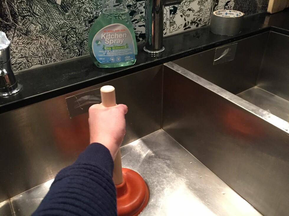 FLERE HULL: Dersom det er tett i en vask med flere kummer, må alle løp tettes før du går i gang med avløpsrenseren.