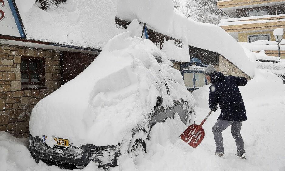 SNØKAOS: Det har tatt langt tid å måke bilen i Vilzmoos i Østerrike den siste tida. Foto: AP Photo/Matthias Schrader