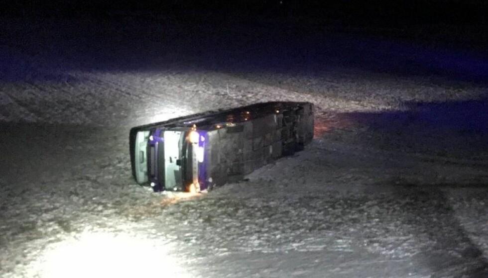 PÅ JORDE: Den første bussen endte på sida på et jorde. Foto: Politiet