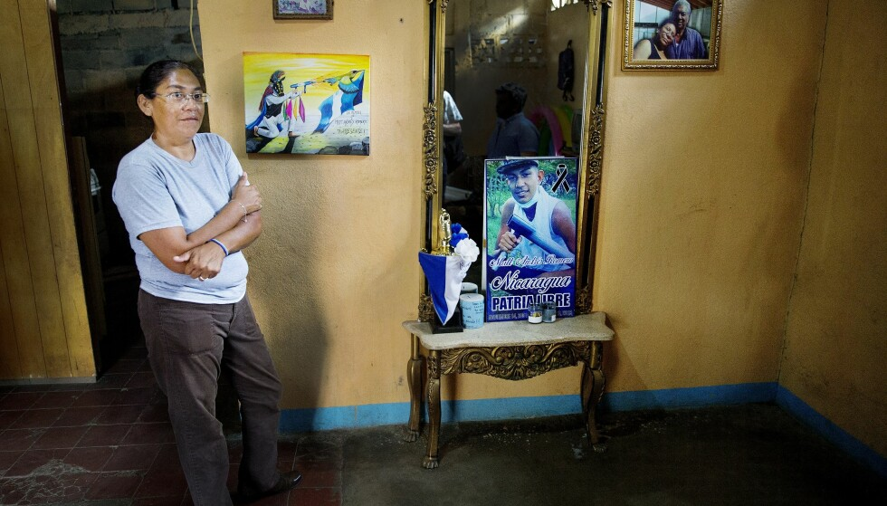 SKUTT I BRYSTET: Matt Romero ble drept under en demonstrasjon 23. september. Politiet mener han falt i kryssild. Den interamerikanske menneskerettighetskommisjonen (CIDH) mener undertrykkelse av demonstrasjonen førte til Romeros død. Her er Romeros tante ved bildet av ham. Foto: Henning Lillegård.