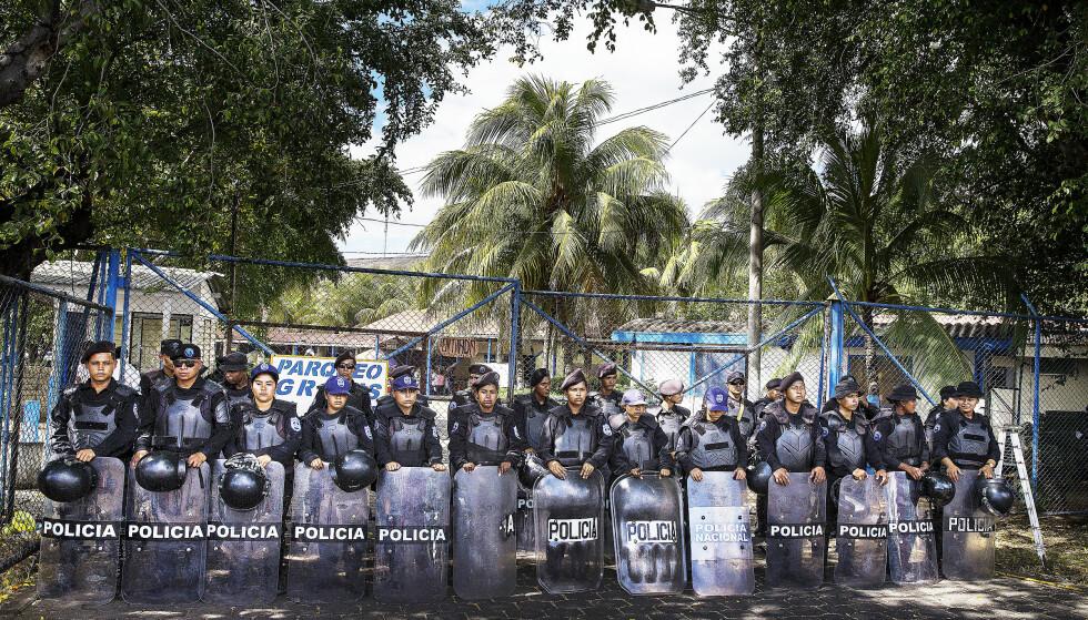 OMSTRIDT: Nicaraguas politi, her i forbindelse med utvisningen av en menneskerettighetsaktivist i november, beskyldes av menneskerettighetsorganisasjoner for drap og undertrykkelse. Foto: Henning Lillegård