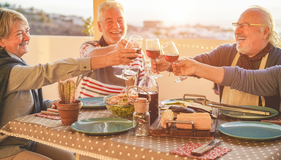 BØR DRIKKE MINDRE: En undersøkelse viser at eldre drikker langt oftere enn de yngre. Nå vil Helsedirektoratet at de skal drikke mindre. Foto: Shutterstock / NTB Scanpix