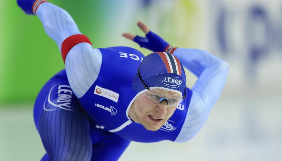 JAKTER MEDALJE: Håvard Holmefjord Lorentzen er på vei mot EM-medalje, men leder Kai Verbij virker det ikke som han kan gjøre stort med. Foto: Peter Dejong / AP / NTB scanpix