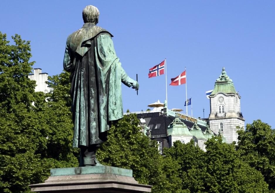 SNUBLESTEIN: En stor snublestein rundt Wergeland-statuen, med alle ofrenes navn inngravert, vil vise at Norge tar Wergelands kamp og jødenes skjebne på alvor. Her kan vi få det minnesmerket vi ennå mangler for 22. juli-ofrene. Foto: NTB Scanpix.