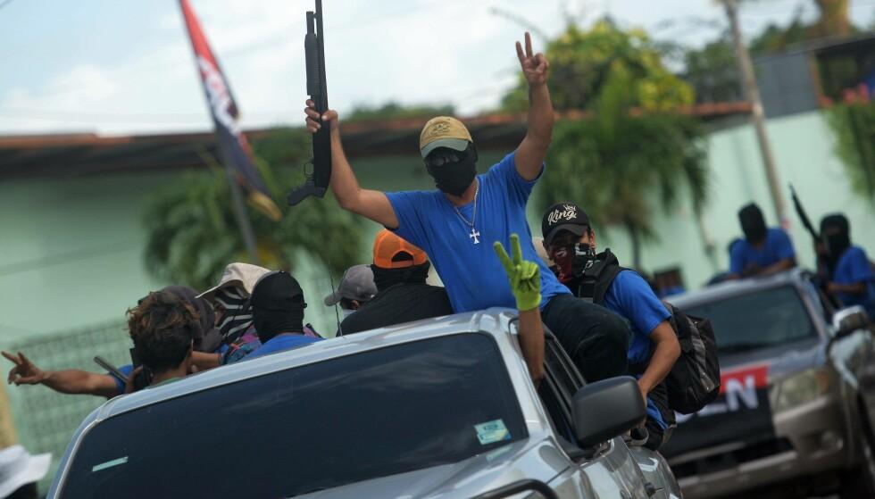 REGIMETILHENGERE: Væpnede, sivilkledde regimetilhengere arbeidet sammen med politiet i en rekke operasjoner for å slå ned protester mot president Daniel Ortega sommeren 2018. Her i bydelen Monimbo i Masaya den 18. juli. Foto: NTB Scanpix/AFP/Marvin Recinos
