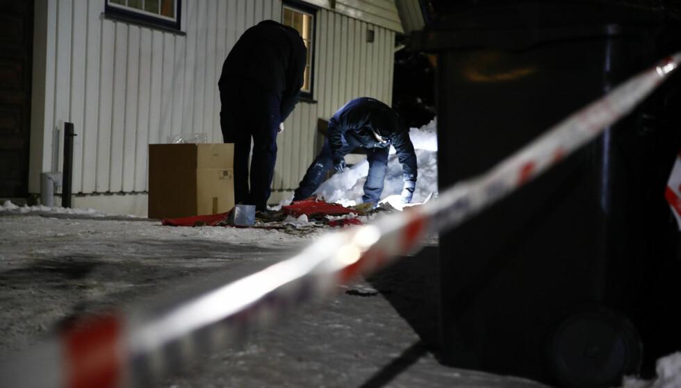 SIKRER SPOR: Torsdag ettermiddag jobbet politiet med å sikre spor utenfor justisminister Tor Mikkel Waras bolig. Foto: Terje Pedersen / NTB scanpix