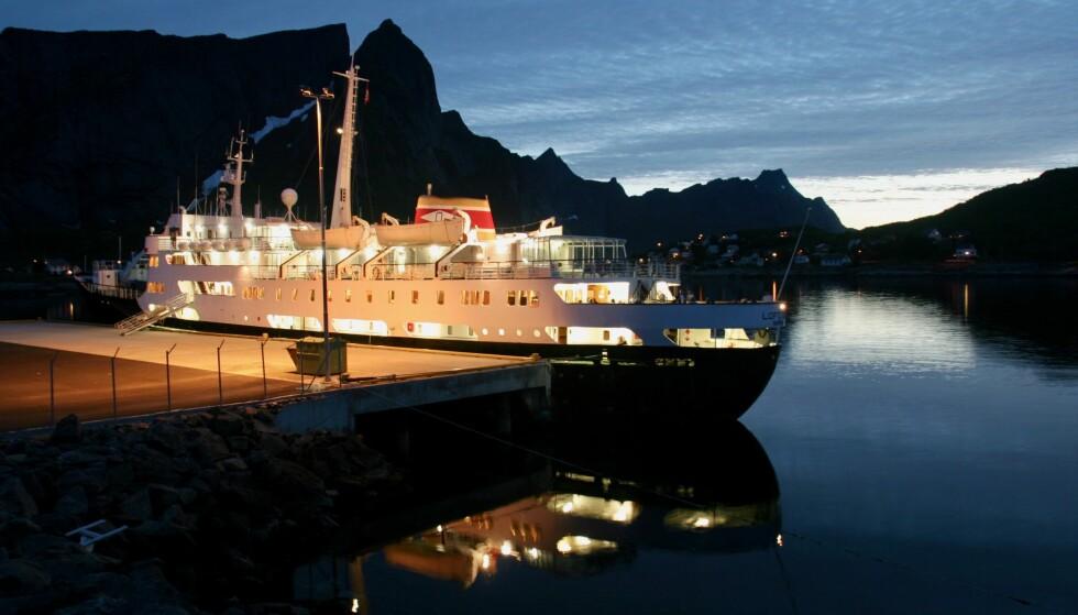 Lofoten i Lofoten: Det gamle skipet MS «Lofoten» under et anløp i Reine i Lofoten. Foto: Odd Roar Lange/The Travel Inspector