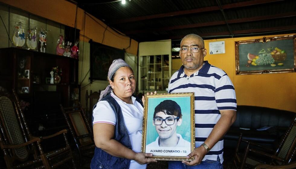 SKUTT I HALSEN: Alvaro Conrado (15) ble drept da han bar vann til protesterende studenter. Politiet antar at han ble drept av «kuppmakere». I en FN-rapport forbindes drapet med regjeringsvennlige skarpskyttere. Her er foreldrene med bildet av Conrado. Foto: Henning Lillegård