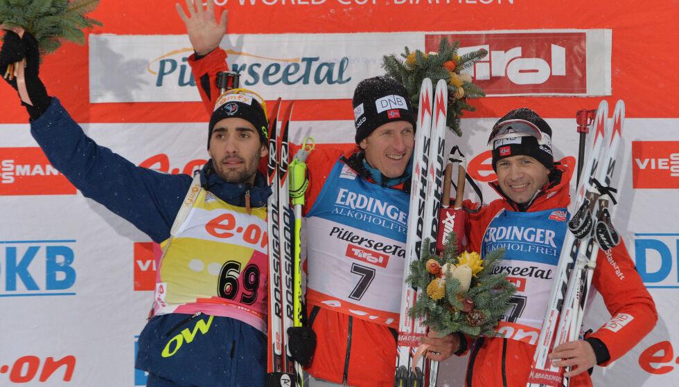 SKISTJERNE: Lars Berger på toppen av seierspallen etter 10 km sprint i Hochfilzen i Østerrike under verdenscupen i 2013. Frankrikes Martin Fourcade (t.v) kom på annenplass, mens Ole Einar Bjørndalen tok tredjeplassen. Foto: AP / NTB Scanpix