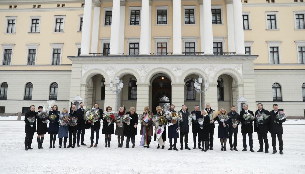UTVIDET REGJERING: Statsminister Erna Solberg presenterer sine 22 statsråder på slottsplassen i dag. Foto: Bjørn Langsem