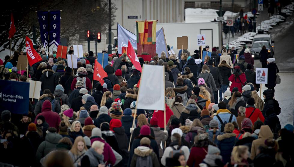 DEMONSTRASJONER: Det er spesielt punktet om tvillingabort som har fått kvinner til å demonstrere på nytt og marsjere med plakater med påskriften «nei til tvangsføding», skriver artikkelforfatterne. Foto: Bjørn Langsem / Dagbladet