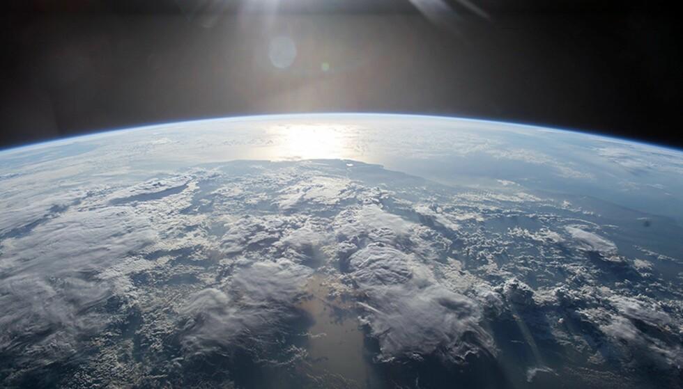 «SNART ER DET FOR SEINT»: Det sa en gruppe prominente forskere og diplomater i et åpent brev sommeren 2017, der de snakker om mulighetene for å stoppe effektene av menneskeskapte klimaendringer. De ga verden en frist påtre år til å ta seg sammen. Nå er vi over halvveis og langt unna målet, advarer klimatopp. Foto: NASA